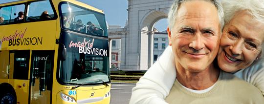 Pareja senior con autobús Jimenez Dorado